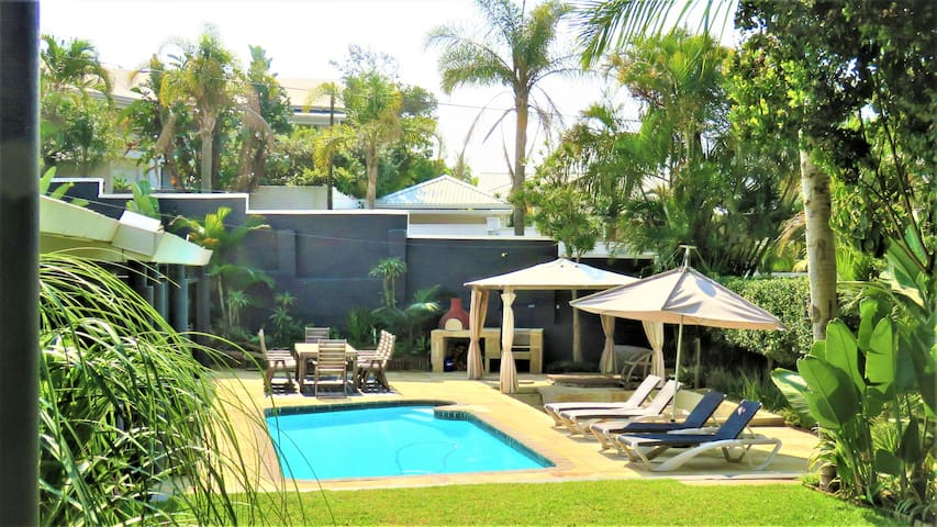 Luxury villa w jacuzzi, pool, 2 mins to the beach!