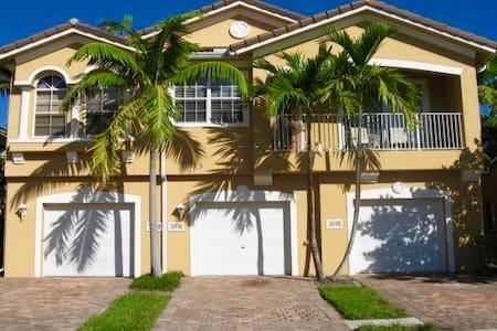 Villa Rosa Getaway Master Suite w/ Pool - Riviera Beach