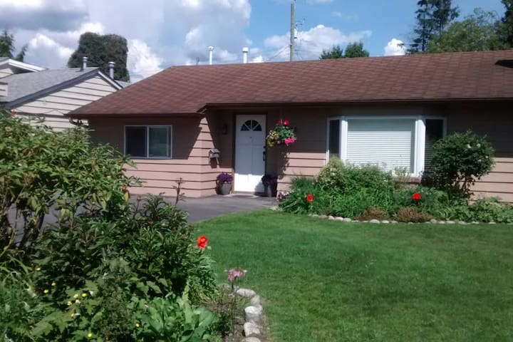 A Garden Cottage on the North Shore - North Vancouver - Bed & Breakfast
