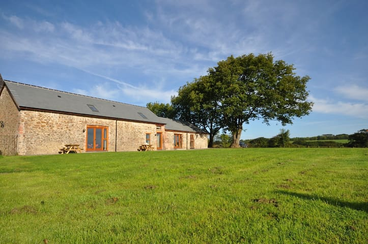 Montgomery Barn at High Park with Shared Indoor Pool - Bideford - Hus