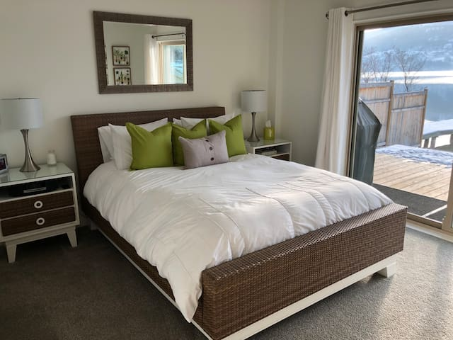 Main bedroom with en-suite. Wake up to a beautiful lake view.