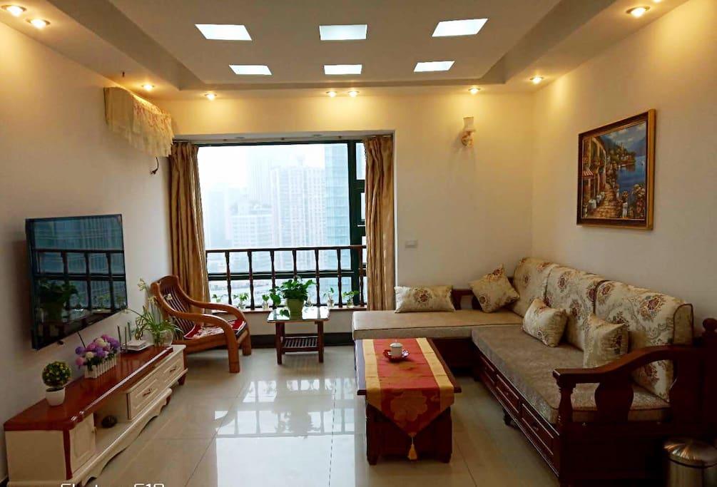 客厅,采光通风、双层玻璃设计,置身闹市,不必担心窗外的喧嚣繁华。