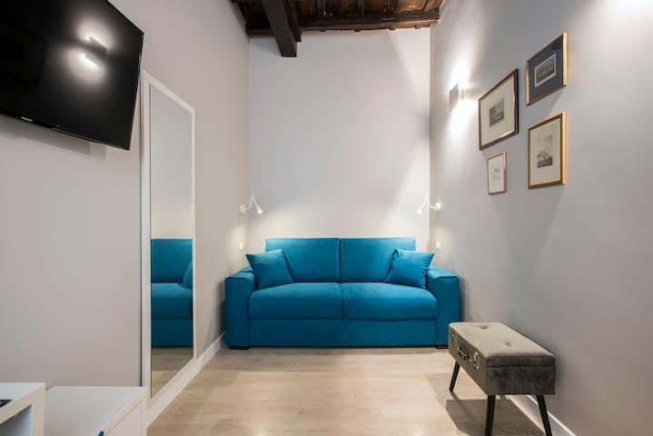 Living con comodissimo divano letto matrimoniale e TV / seconda camera da letto matrimoniale