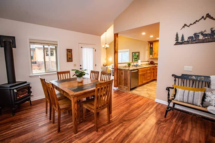 NEW! Pagosa Getaway-Pinecone Lodge-Minutes to Uptown Amenities-Fishing/Paddle Boarding 1 Block Away!