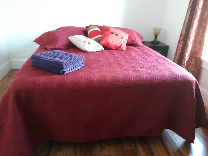 Canada's Rose Cottage - Nebula Room, Queen Bed