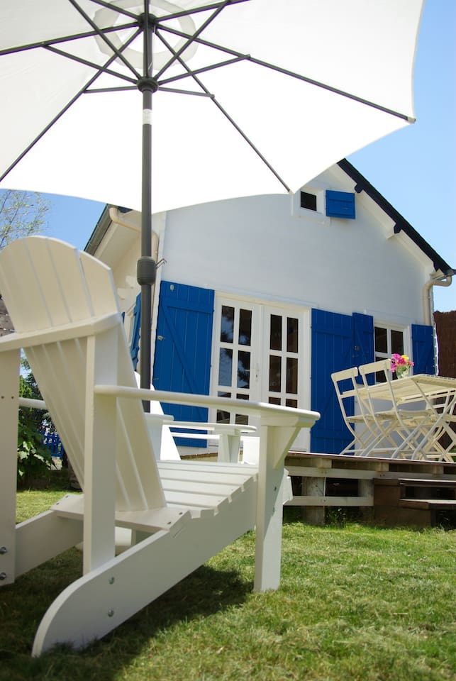 la maison aux volets bleus côté terrasse