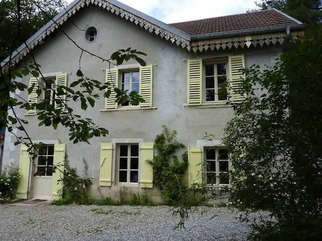 Maison et vaste parc à 3mn d'Ornans - Scey-Maisières - Haus