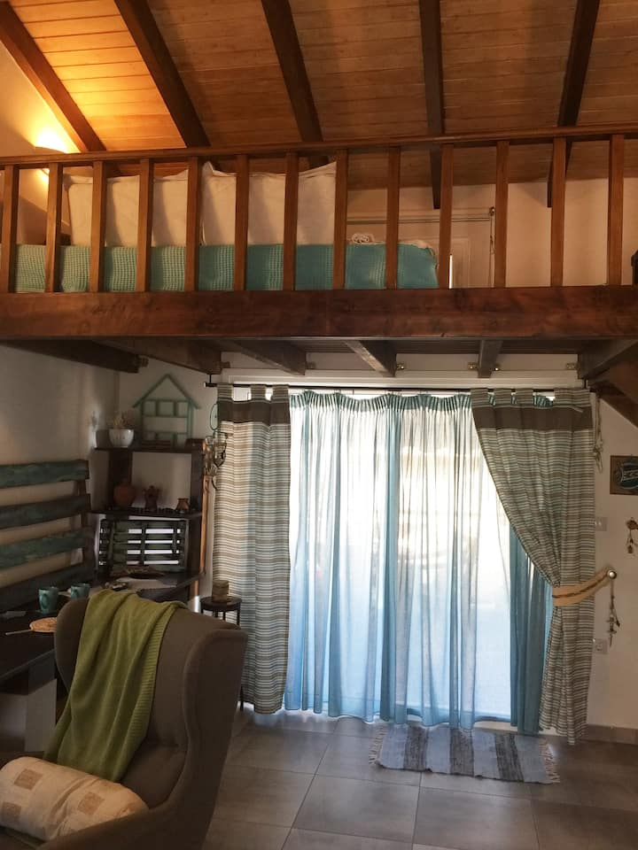 Cosy Attic Ideal for couples near Athens and Port
