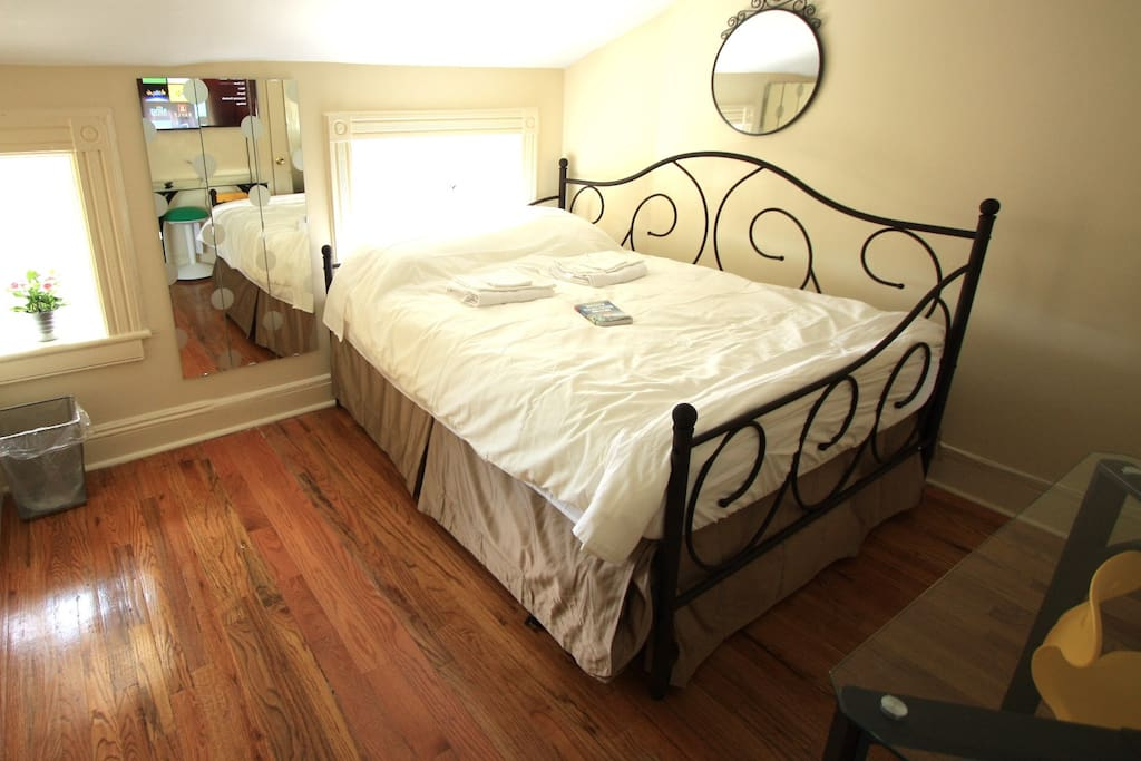 Bedroom features a full-sized double bed for 2
