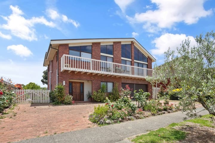4 Bedroom All Year Beach House - Air Con T1169 - Torquay - Huis