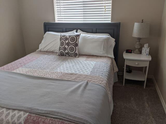 queen bedroom, adjustable base bed