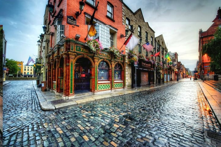 Private bedroom Temple Bar!!