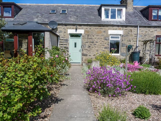 5 DISTILLERY COTTAGES, pet friendly in Banff, Ref 952131