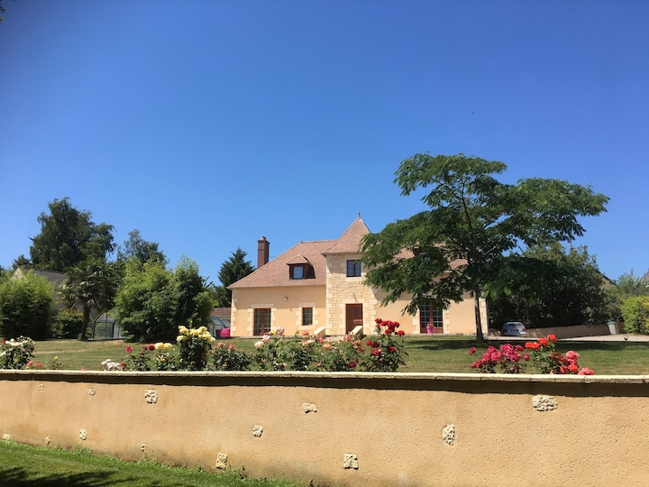 maison avec piscine couverte et SPA