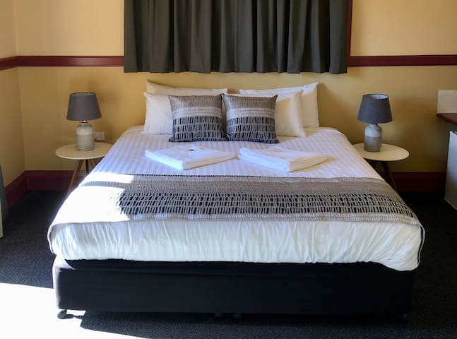 Bermagui Beach Hotel - King Room with Ensuite