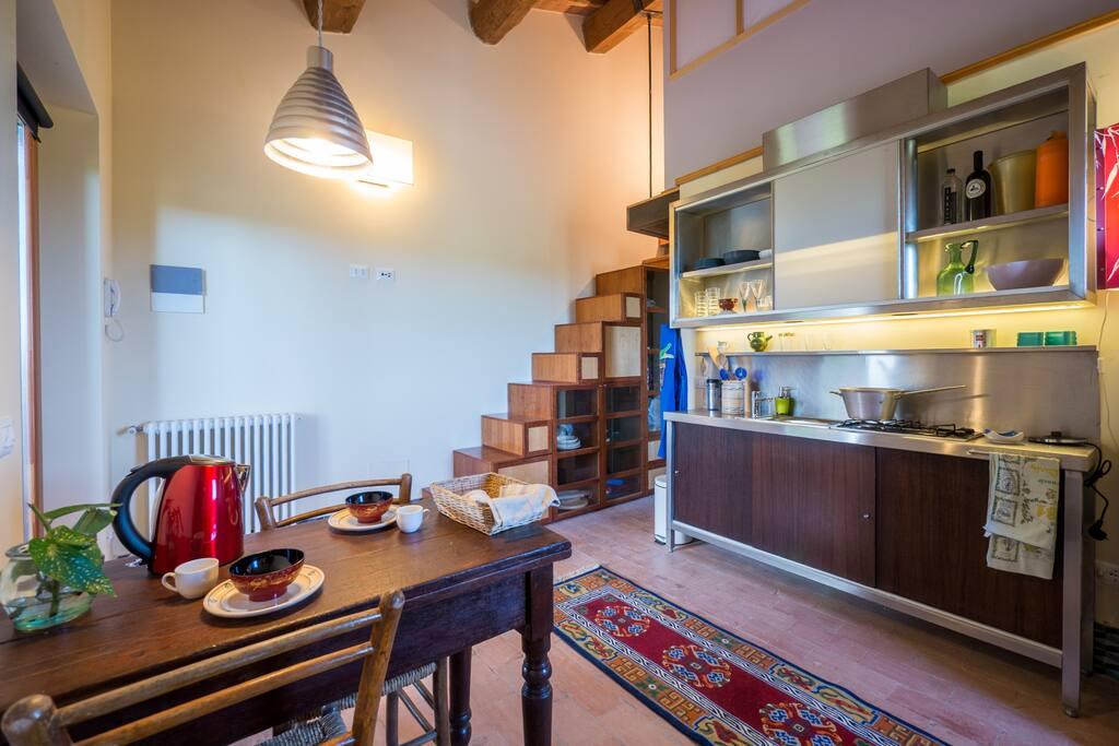 Cucina Pranzo e scala libreria