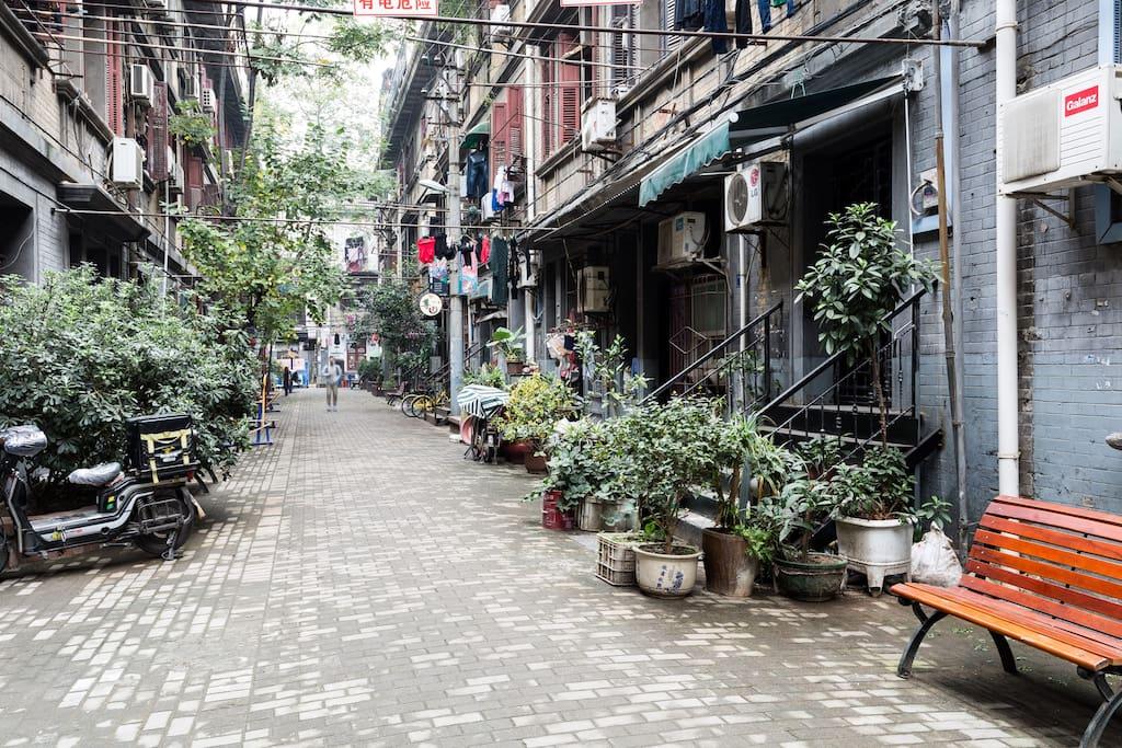 房屋位于武汉老里分中,北京的胡同、上海的弄堂、武汉的里分,出则繁华入则宁静。