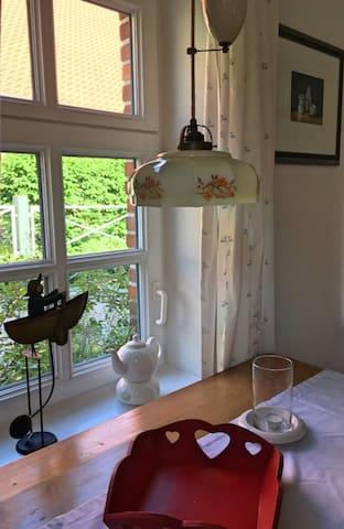 Der Essbereich in der kleinen Küche um einen echten Ostfriesentee zu genießen.