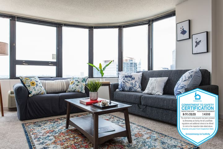 Mich Ave#4 KING BEDS | Grant Park, Museums 2bd/2ba