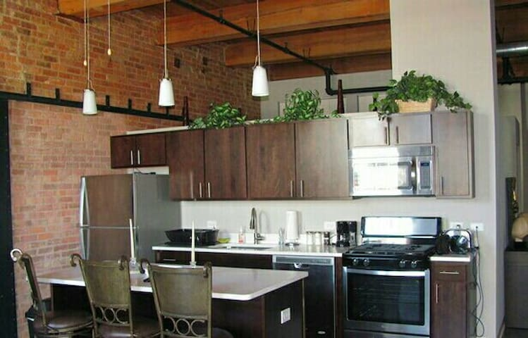 Upscale Loft-Must Stay! Discounts and AVL PARKING