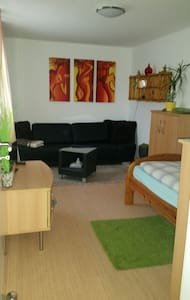 Guest room in a central location & extra  sep. WC - Hemmingen - Talo