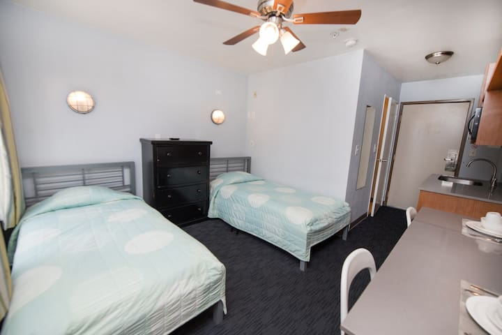 Studio w/ 2 Twin Beds in the Heart of Little Italy