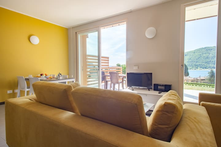 Florida - Colourful apartment with patio, Sarnico