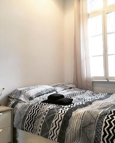 Listing for room:  https://fr.airbnb.ca/rooms/27402799?preview_for_ml