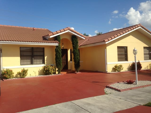 Close to Dolphin Mall and Doral. - Miami - Huis