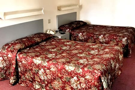 2 double beds room clean & cozy, non smoking - Watertown