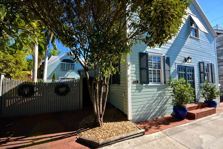 Quaint romantic cottage with street parking, close to the beach & adventure!