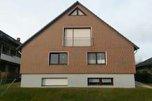 Hausansicht Gartenseite, Die Wohnung befindet sich im EG, rechtes Fenster