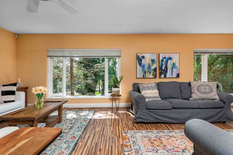 Quiet home with large yard, close to Navy Bridge.
