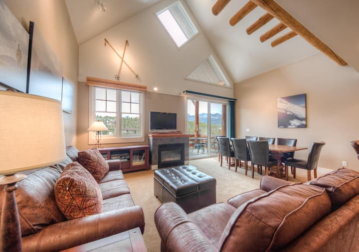 Cozy townhome, ski-in/ski-out, with private hot tub, mountain views and wifi
