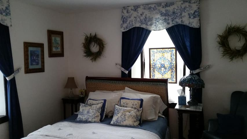 Stone Manor Bed & Breakfast Inn - Blue Delft Suite