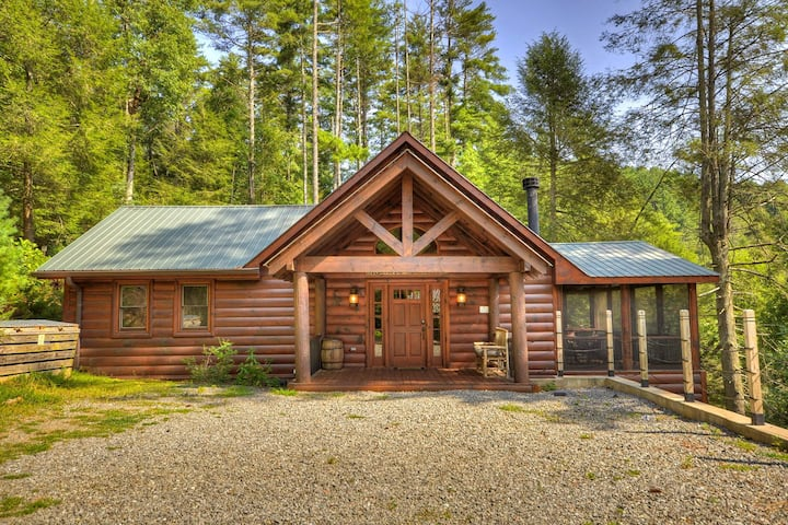 Creekside cabin w/rustic elegance, private hot tub & beautiful screened-in porch