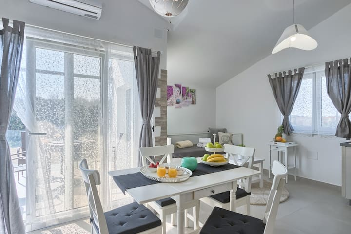 Apartments La Mer with shared Wellness - Studio D with gallery and balcony / Apartments La Mer mit gemeinsamem Wellness - Studio D mit Galerie und Balkon