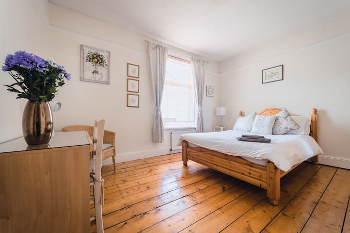 Lovely bright rooms & central Southsea location