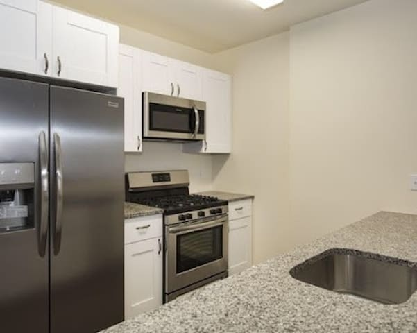 Private bedroom in condo next to EWR/close to NYC