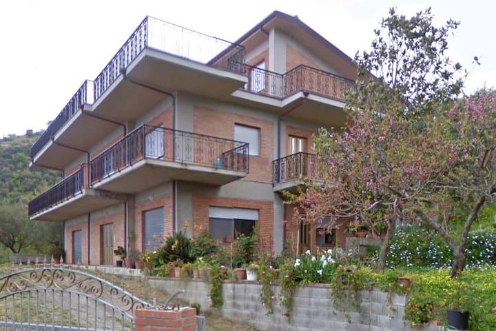 casa indipendente immersa nel verde querce e ulivi