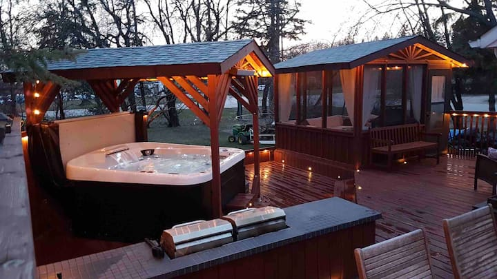Modern Icelandic Cottage with Hot Tub in Gimli