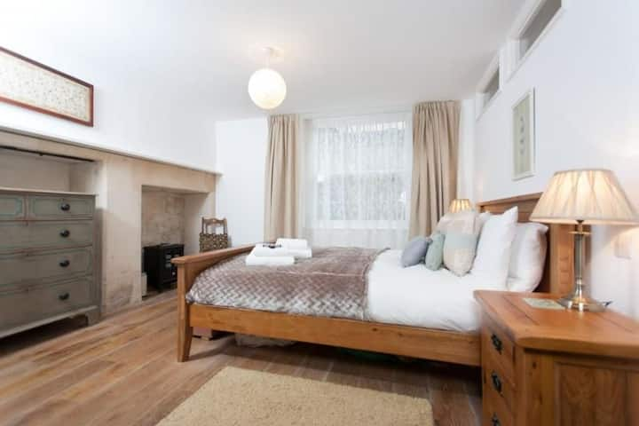 Daniel St Garden Apt. 3 bedroom, 2 bathroom central Bath property with parking for 2 cars and private garden
