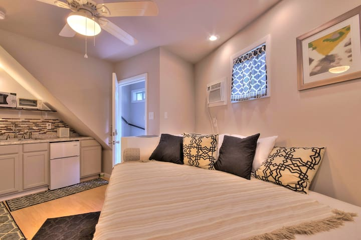 Secluded Oak St Studio -Patio,Parking & Streetcar!