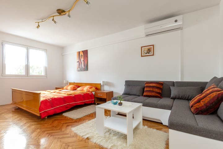 Sunshine Apartment 2 (200 m near the beach)
