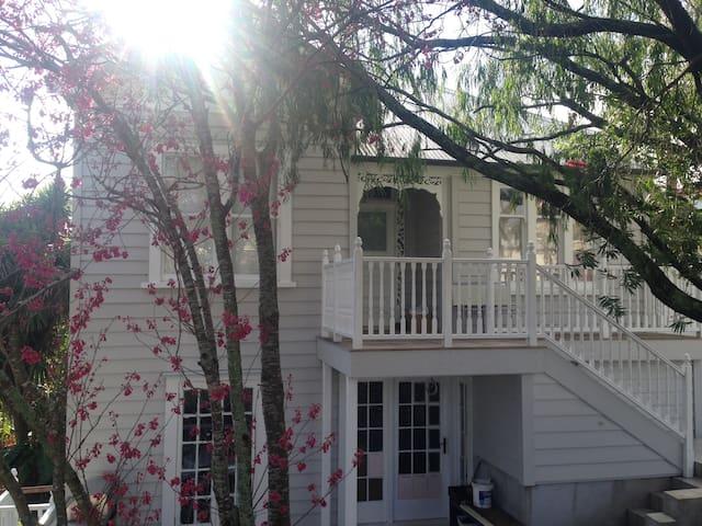 Artist's unique villa, sunny, central (5 min walk) - Auckland