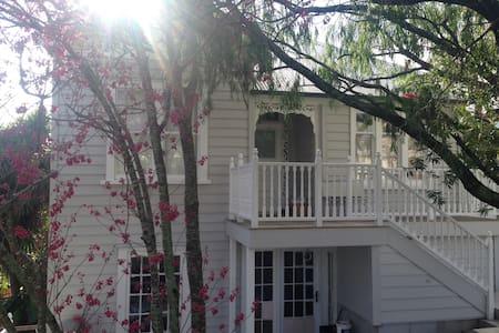 Artist's villa, central luxury 1. - Auckland