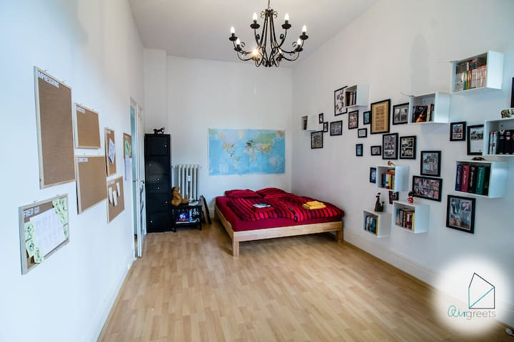 Wonderful old building apartment close to the City