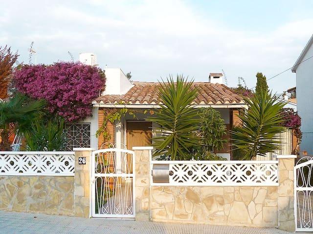 Casa Amparo – Schöner Ferienbungalow mit Garten - Torredembarra - Dům