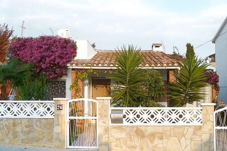 Casa Amparo – Schöner Ferienbungalow mit Garten - Torredembarra