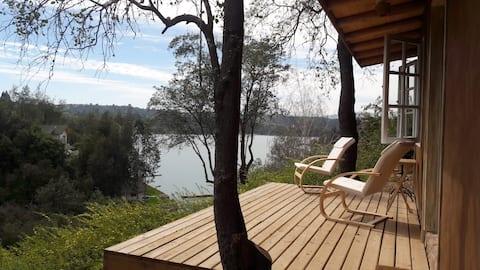 Cabañita de adobe a orilla del Lago Rapel